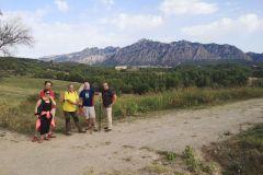 Detrás nuestro la masía de Can Pere LLong y Collbató al pie del macizo de Montserrat