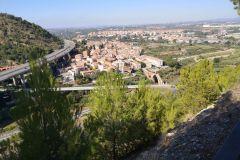 Panorámica de Martorell con el Puente del Diablo en primer término, desde la  torre fosada del telégrafo óptico en el turó de les Forques en Castellbisbal