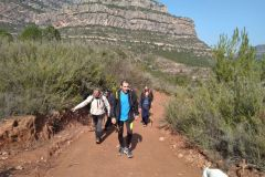 Corriol / sendero hacia la pista de Ca n'Estruc Vell; Pedro señalando el desvío y Juanjo con el Wikiloc sin enterarse