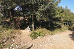 A la izquierda, inicio del sendero de la Roca dels Corbs