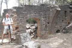 Restos de muro y bóveda del Castell de Sant Jaume