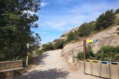 Saliendo de la estación superior del funicular de Sant Joan, hacia la ermita