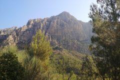 """Vertiente de Montserrat donde se ubican la """"cova Gran"""" y las """"coves del Salnitre"""""""