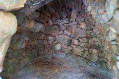 Interior de la barraca de piedra seca CP-1 en la pista forestal de ca n'Estruc