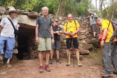 Barraca de piedra seca con aljibe y saltadors de marge del Rogent