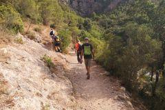 Desvío a la izquierda hacia Montserrat (a conectar con la 'drecera del Fra Garí') y la cova de les Arnes