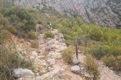 Seguiremos hacia la cova de les Arnes por el corriol/sendero a la izquierda del palo