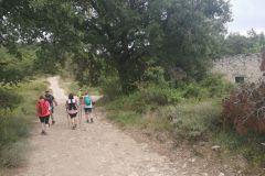 """Seguiremos la pista a la derecha, pasando por los restos de """"les Cases Noves"""" al pie del Puig de Formigosa"""